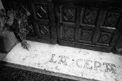 Unas flores reposan en la puerta del bar La Cepa, donde fue asesinado Gregorio Ordóñez, en San Sebastián.