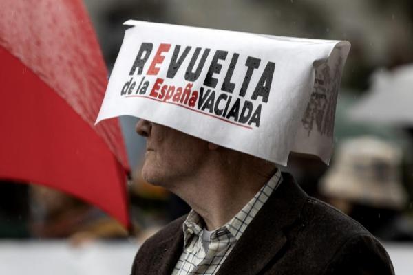 Un ciudadano en la manifestación en defensa de la 'España vaciada'...