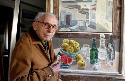 Luis Torras, este martes, en su casa taller de Vigo junto a uno de sus bodegones.