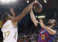 GRAF5183. BARCELONA.- El ala-pívot del Barça, Nikola <HIT>Mirotic</HIT> (d), intenta encestar ante la oposición del caboverdiano Walter Tavares (i), del Real Madrid, durante el partido de la Liga ACB jugado esta tarde en el Palau Blaugrana de Barcelona.