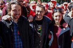 El secretario general de Podemos, Pablo Iglesias (izqda.), con Juan Carlos Monedero (fundador del partido) e Irene Montero, en una manifestación, en Madrid.