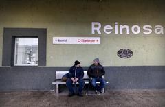 Dos vecinos esperan el tren en la estación de ferrocarril de Reinosa (Cantabria).