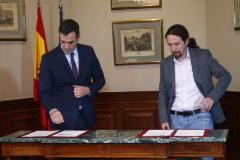 El secretario general del PSOE, Pedro Sánchez (izqda.), y el de Podemos, Pablo Iglesias, en la firma del preacuerdo de Gobierno, el pasado 12 de noviembre.