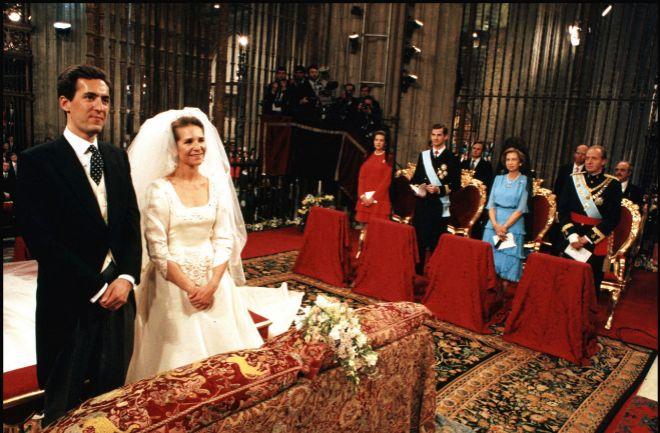 Los contrayentes, ante la atenta mirada de la Infanta Crristina, el Príncipe Felipe, la Reina Sofía y el Rey Juan Carlos.