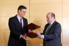 """Sánchez promete al PNV """"adecuar la estructura del Estado"""" para reconocer como naciones a País Vasco y Cataluña"""