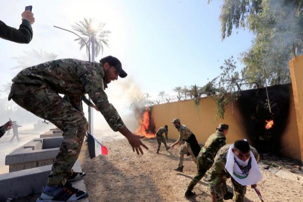 Manifestantes lanzan artefactos incendiarios a la embajada...