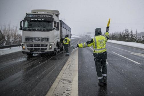 Agentes de Tráfico controlan el paso de los camiones durante una...