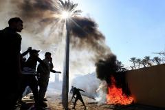 """Miles de manifestantes atacan al grito de """"muerte a Estados Unidos"""" su embajada   en Bagdad"""