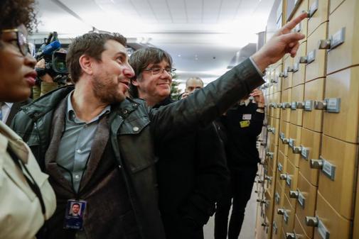 Toni Comín y Carles Puigdemont, durante su visita a la sede del...