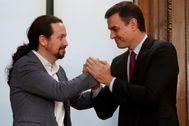 Pedro Sánchez y Pablo Iglesias, tras presentar el acuerdo de gobierno entre el PSOE y Podemos.