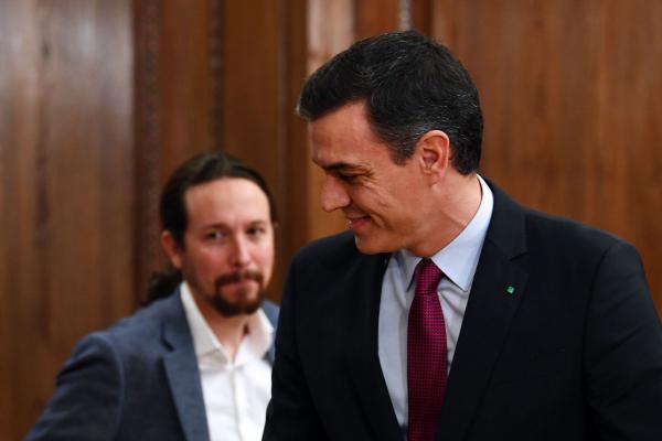 El socialista Pedro Sánchez, presidente del Gobierno en funciones, y...