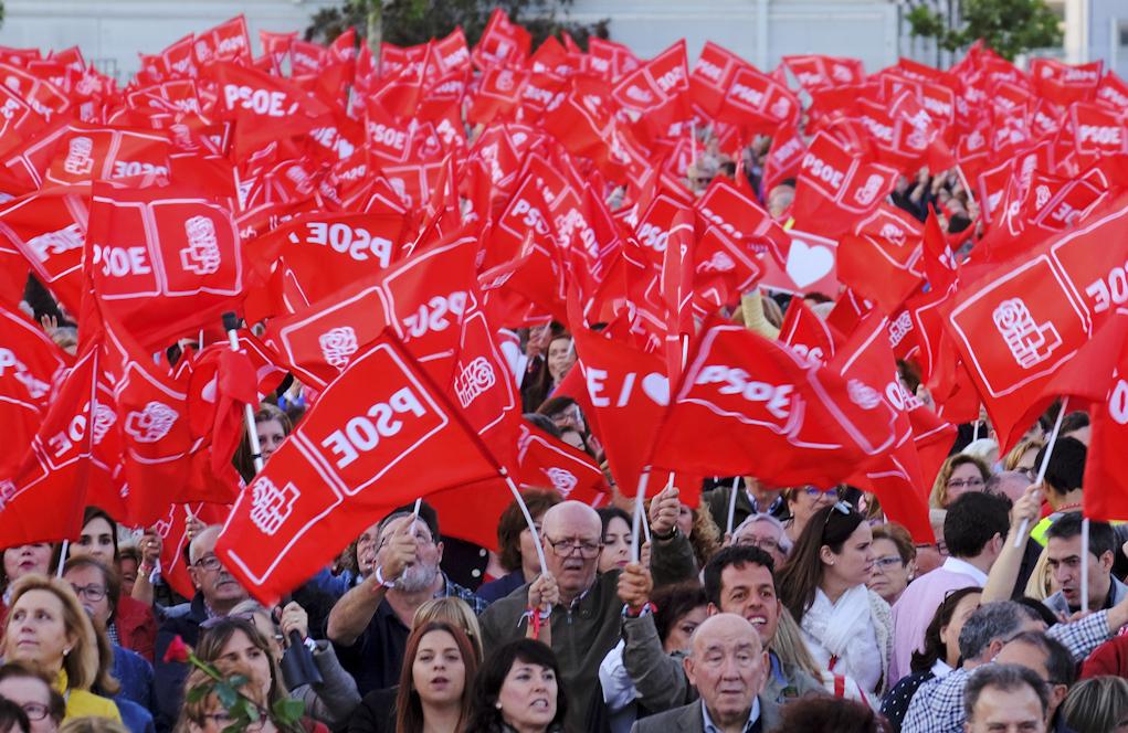 Militantes socialistas durante un mitin de campaña del PSOE en...