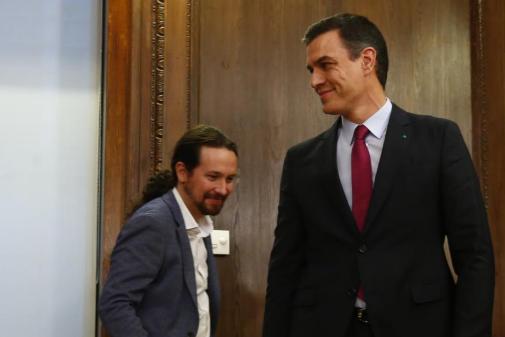 Pedro Sánchez y Pablo Iglesias, tras la firma del acuerdo de...