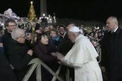 """El Papa se disculpa por """"perder la paciencia"""" y reprender a una mujer que le agarró del brazo"""