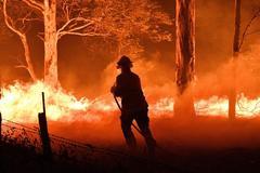 Un bombero, en las tareas de extinción de uno de los incendios.
