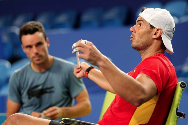 Perth (Australia).- Rafael <HIT>Nadal</HIT> (R) of Spain chats with...