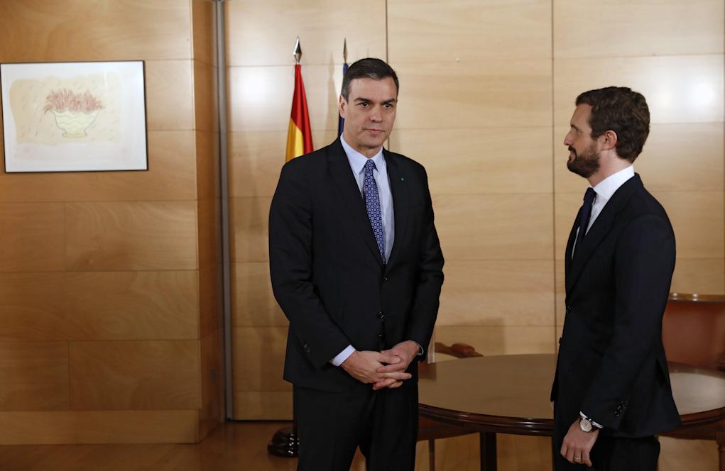 Pedro Sánchez y Pablo Casado, durante su encuentro en el Congreso el...