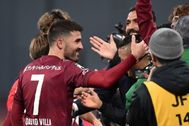 David Villa celebra con los hinchas el triunfo del Vissel Kobe.