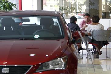 Una pareja en un concesionario de coches.