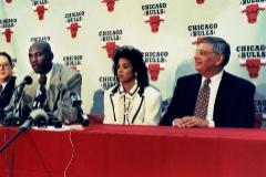 David Stern (d.), en rueda de prensa junto a Michael Jordan.