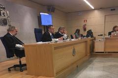 Imagen de las cámaras de la Audiencia Nacional en la que se aprecia, a la izquierda, al juez Julio de Diego recostado sobre su silla.