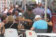 Un camarero atiende a los clientes en una terraza en Castellón.