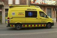 Una ambulancia frente al domicilio de la acusada en Girona