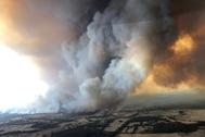 Una nube de humo asciende durante los incendios en Buchan, Australia.