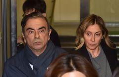 Foto tomada el 3 de abril de 2019 de Carlos Ghosn con su mujer Carole, saliendo de la oficina de su abogado en Tokio