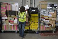 Una trabajadora de Correos en el centro logístico de Júndiz, Álava.