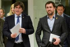 Carles Puigdemont y Toni Comín, a su llegada a una conferencia de prensa en Bruselas.