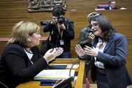 La líder del PPCV, Isabel Bonig, conversa con la vicepresidenta del Consell, Mónica Oltra.