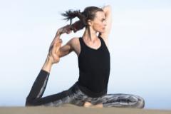 La modelo practicando yoga.