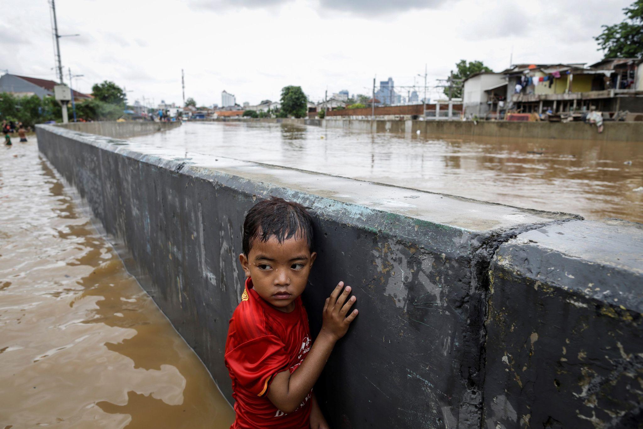 -FOTODELDIA- MAST65. <HIT>YAKARTA</HIT> (INDONESIA).- Un niño se...