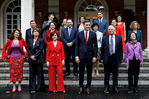 Pedro Sánchez posa en la escalinata de La Moncloa con su Gobierno...