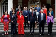 Pedro Sánchez posa en la escalinata de La Moncloa con su Gobierno tras el primer Consejo de Ministros, en junio de 2018.
