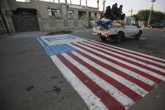 Una bandera de EEUU pintada sobre el asfalto en Bagdad.