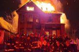 Exigen el despido de un grupo de bomberos que posó sonriente ante una casa en llamas