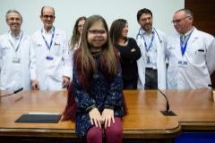Iria, junto a los doctores que la han atendido en el Vall d'Hebron.