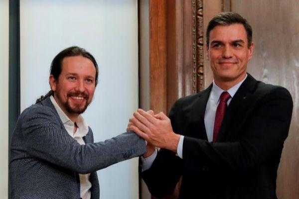 Pedro Sánchez y Pablo Iglesias, tras rubricar el pacto de gobierno...