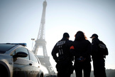 Agentes de la policía francesa junto a la Torre Eiffel.