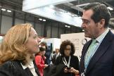 La ministra de Economía en funciones, Nadia Calviño, conversa con el presidente de CEOE, Antonio Garamendi.