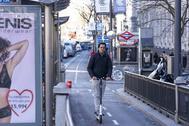 Un usuario de patinete por la el carril bici de la calle de Alcalá