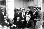 Benito Pérez Galdós, en el centro, en una reunión en el Casino de Madrid