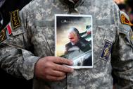 Un manifestante muestra una foto de Qasem Soleimani, en Teherán.