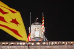 Momento en el que es arriada la bandera española del Palau de la Generalitat.