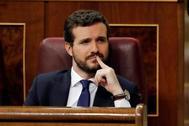 El presidente del PP, Pablo Casado, escucha la intervención de Pedro Sánchez en la primera sesión del pleno de investidura.