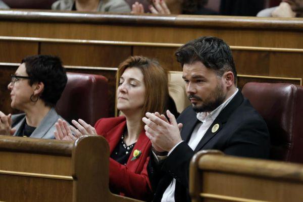 Gabriel Rufián aplaude en su escaño la intervención de Pedro...