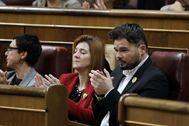 Gabriel Rufián aplaude en su escaño la intervención de Pedro Sánchez en la primera sesión del debate de investidura.