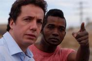 El actor Vito Sanz y el debutante Mohamed Zidane Barry, en la película 'A este lado del mundo' de David Trueba